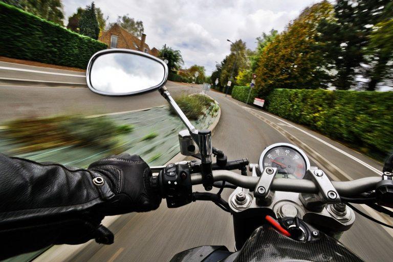 balade en moto sur une yamaha mt 01