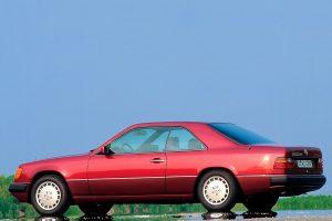 Une Mercedes 300 CE rouge de profil