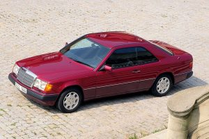 Une Mercedes 300 CE rouge de profil vue de haut