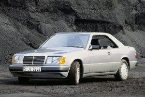 Une Mercedes 300 CE grise de trois quarts face