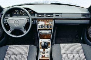 Une planche de bord intérieure de Mercedes 300 CE