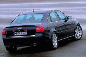 Une Audi RS6 C5 de 3/4 arrière