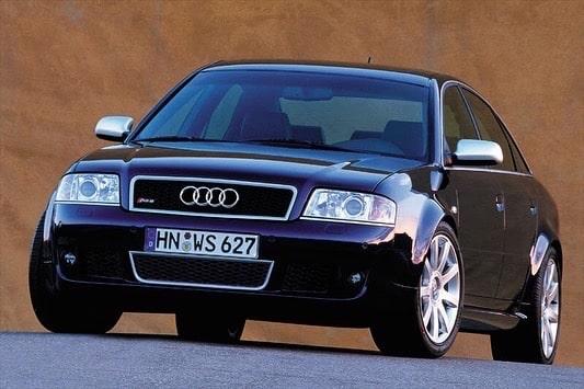 Une Audi RS6 C5 de face, à l'arrêt