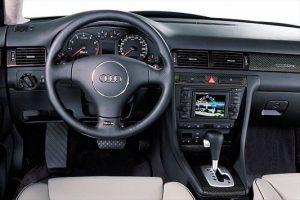Le tableau de bord d'une Audi RS6 C5